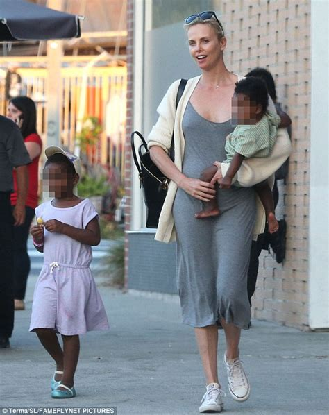 Maxi Seana Set charlize theron kisses phone during chat with