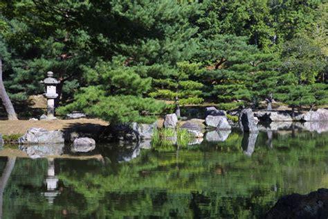 japanese gardens elements lanterns