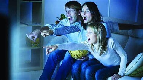 imagenes de la familia viendo tv los espa 241 oles los m 225 s partidarios de ver la tele en