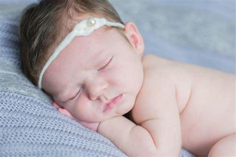 baby überstreckt kopf beim schlafen kleine babys beim schlafen mummyandmini