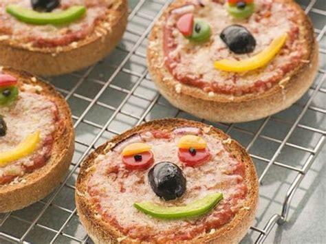 ideas para hacer con nios pizza con nios san valent 237 n mini pizzas para ni 241 os recetas infantiles