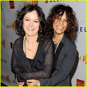 linda perry on the talk the talk s sara gilbert engaged to linda perry engaged