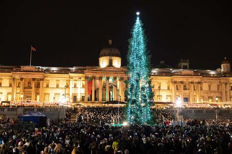 hundreds gather  trafalgar square christmas tree lights