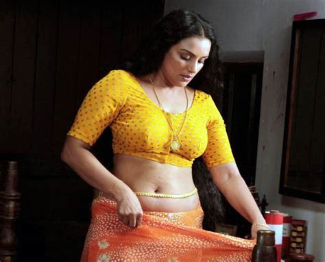 Actress Largest Navel Cleavage Hip Waist Photo Collections Swetha Menon Saree Navel