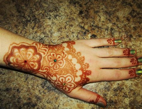diy henna paste with essential oils for natural henna tattoos