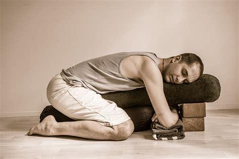 imagenes de yoga restaurativo all about restorative yoga