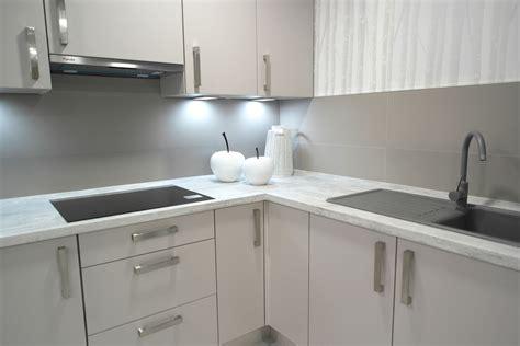 cocinas con encimera de madera cocina en esquina con frente gris claro con encimera de