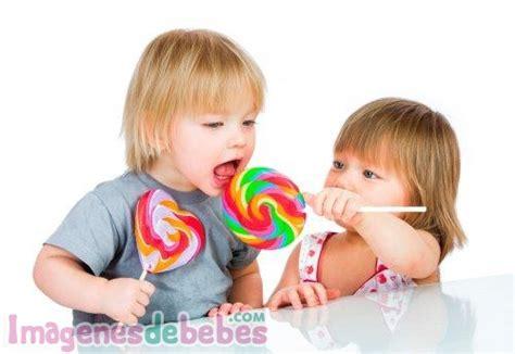 imagenes de niños jugando y compartiendo compartiendo los dulces