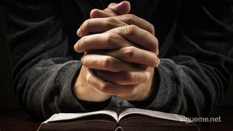 imagenes de un hombre orando a dios se 241 or ayudame a vivir en obediencia a tu palabra oracion