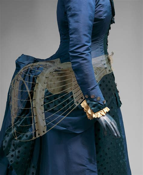 The Hustle and Bustle of Victorian Life ? A 5 Minute Guide to the Bustle Dress ? 5 Minute History
