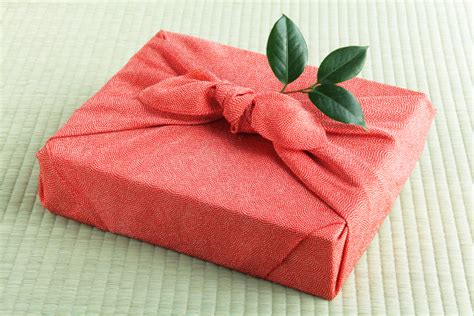 different ways to wrap gifts creative ways to wrap your gifts emerald
