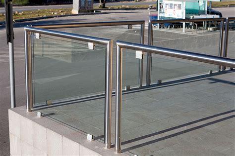 ringhiera in vetro e acciaio realizzazione ringhiera con profili in acciaio inox e