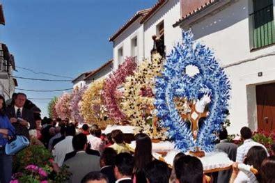 la fiesta de la santa cruz inunda de colorido las calles de valencia la santa cruz viajar por extremadura