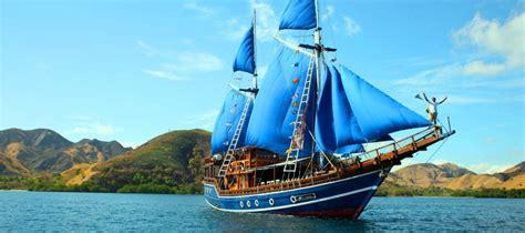perahu tradisional asal indonesia  tampil  festival
