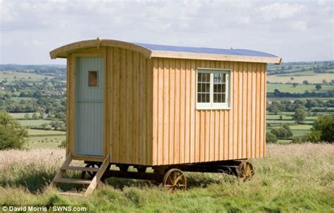 libro shepherds huts living photographer david morris spent a decade touring britain taking pictures of shepherd s huts