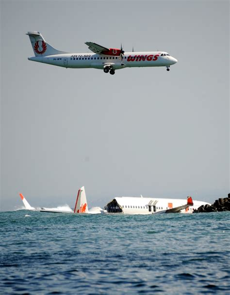 another lion air flight crashes into the sea fate of 189