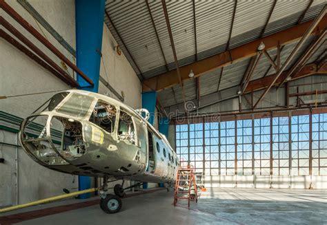 capannone smontato supporto smontato di riparazione dell elicottero nel