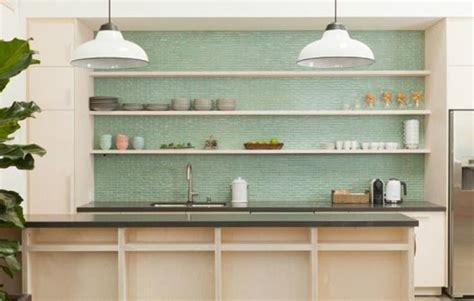 8 cocinas con azulejos verdes esmaltados · 8 green tiled
