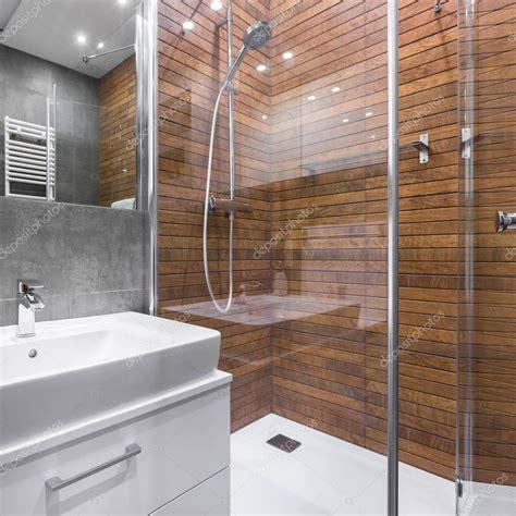 foto bagni con doccia bagno con doccia effetto legno foto stock 169 in4mal