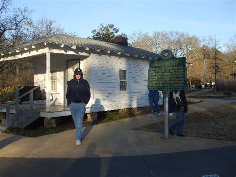 where elvis was born inside his home in tupelo
