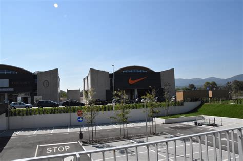 best outlets in italy the mall in florence best outlet shopping in tuscany