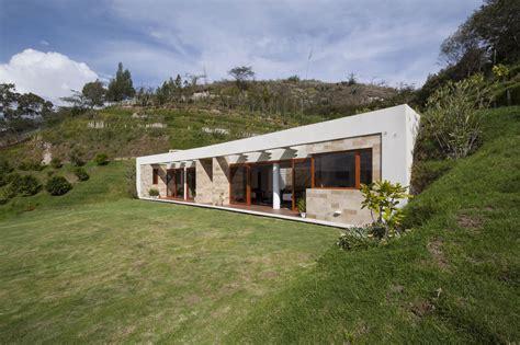 houses on hills casa una planta moderna con techo verde construye hogar