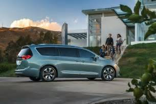Chrysler Town And Country Hybrid 2017 Chrysler Pacifica Hybrid Electrifies The Minivan
