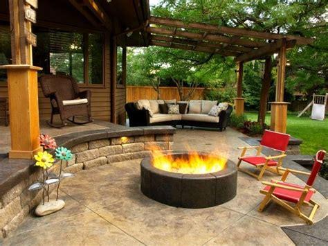 rundes gartenhaus mit feuerstelle runde gemauerte feuerstelle mit offener flamme garten