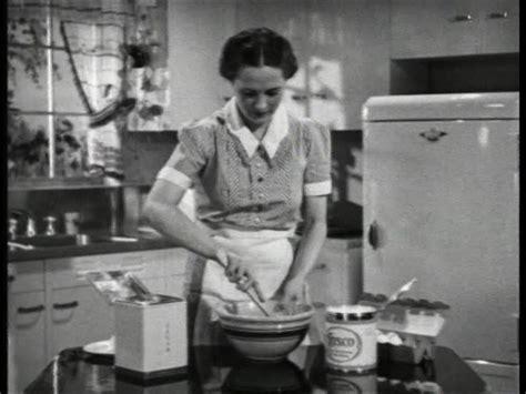 femme au foyer 1900 664994184 femme au foyer tarte remuer faire cuire jpg