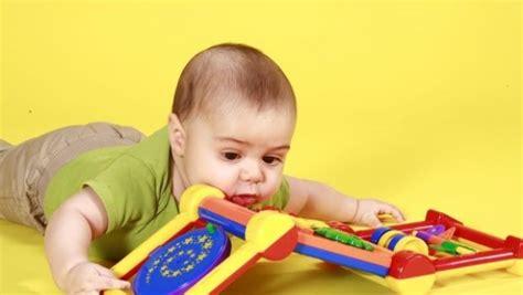 alimentazione a sei mesi bambino di 6 mesi e giochi