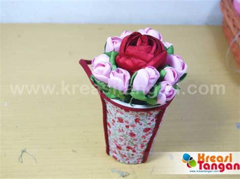 membuat vas bunga dari kertas bekas cara membuat pot bunga dari botol bekas kerajinan dari