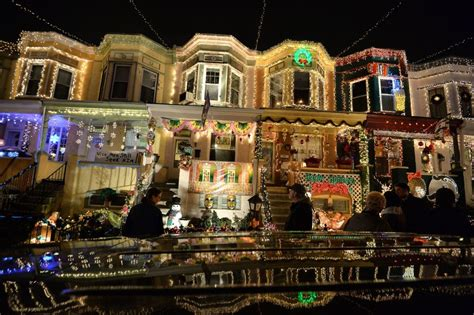 worst christmas light displays 15 reasons why putting up lights is the worst
