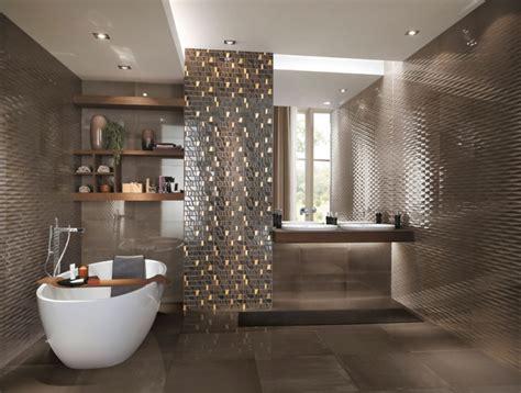 Exceptionnel Salle De Bain Faience Noire #2: faience-salle-bains-Frame-mosaique-marron-motifs-or-baignoire-%C3%AElot-%C3%A9tag%C3%A8res.jpg