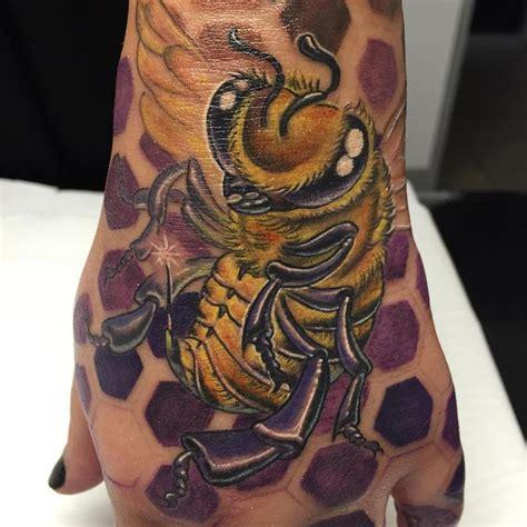 tattoo hand new school abeja new school new school bee by yarda tattoos