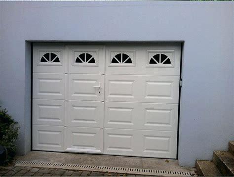porte de garage basculante isolee avec portillon integre