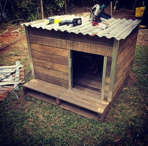 wood pallet dog house low cost wooden pallet doghouse pinteres