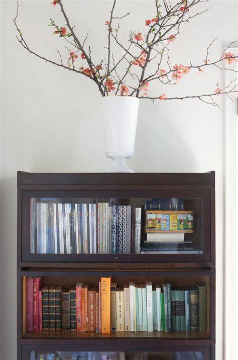 helpful hints  decorating bookshelves