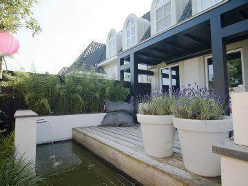 mediterranian courtyard gardens courtyards and verandas pinterest buytengewoon nl sfeervolle moderne stadstuin met veranda
