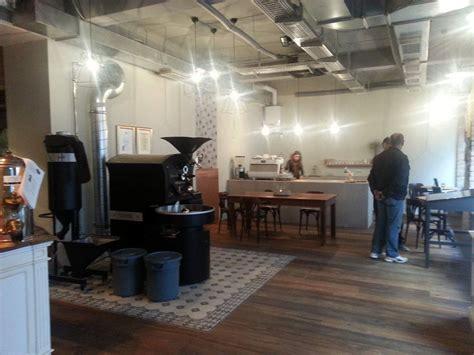 gespachtelter betonboden betonboden und betonbar in einer kaffeebar in wien