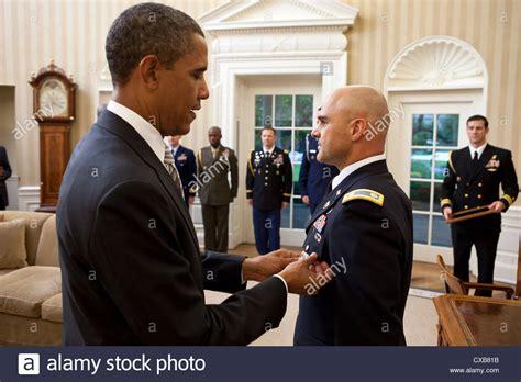 us president barack obama presents white house
