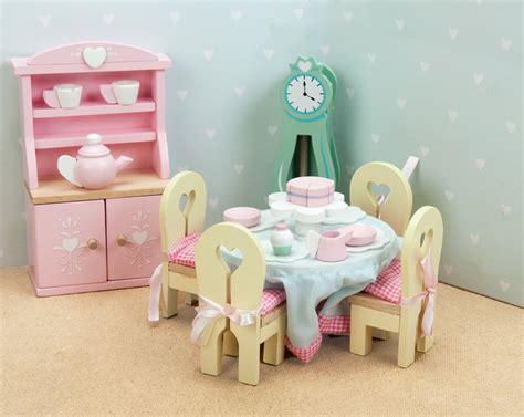 le toy van puppenhaus moebel aus holz esszimmer pastell