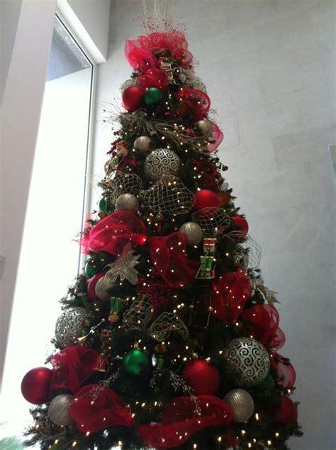 decoracion rojo y dorado pino decorado en colores rojo verde y dorado pinos