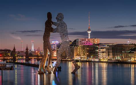 berlin skyline bei nacht mit molecule man