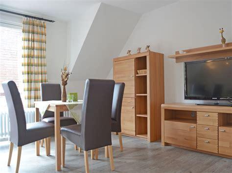wohnzimmer mit esstisch kathi 180 s appartement og ferienwohnung nr 4 norden