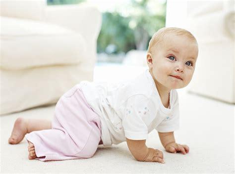 wann fangen baby an zu krabbeln entwicklungskalender 9 monat baby und familie