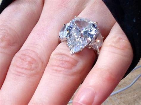 avril lavigne showcases 14 carat engagement ring