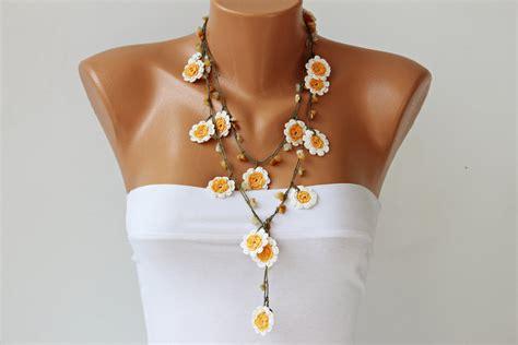 fiori all uncinetto per collane collane fatte a mano all uncinetto gioielli e