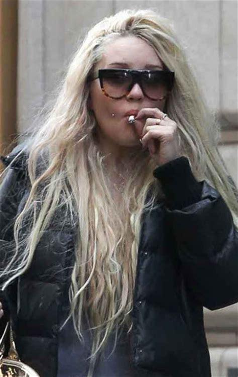 uk female celebrities smoking famosos a los que han pillado robando cabroworld