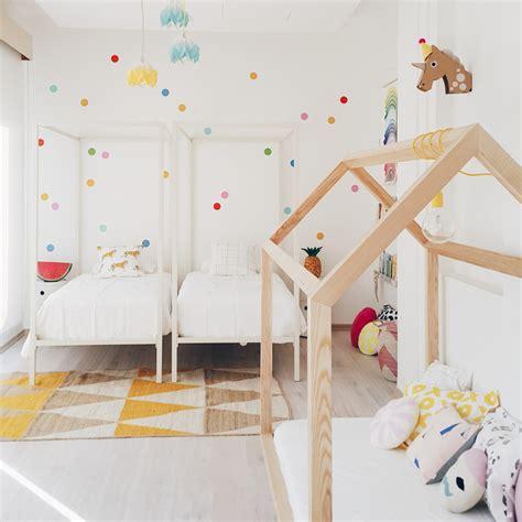 casa rosa dos hermanas una habitaci 243 n infantil estilo n 243 rdico llena de color para
