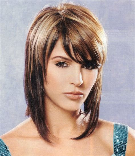 above shoulder shag layered bob with bangs carr 233 plongeant mi long la coiffure tendance du moment
